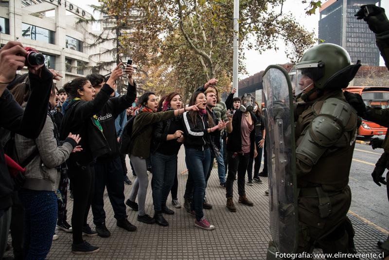 Estudiantes frente a los pacos