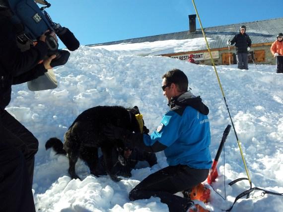 Maître Chien et Chien d'avalanche en action à Isola2000 - Sortie de la victime