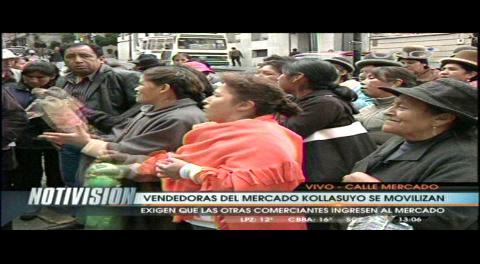 Vendedores marchan en La Paz exigiendo el desalojo de feriantes del cruce de villas