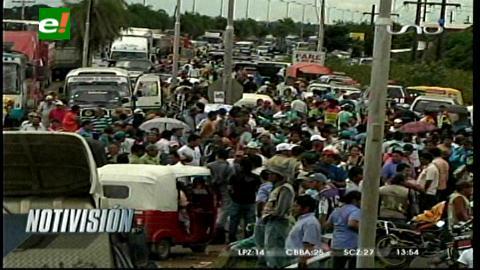 Mototaxistas bloquean la carretera Santa Cruz-Warnes