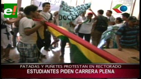 Estudiantes de la UAGRM increpan a rector