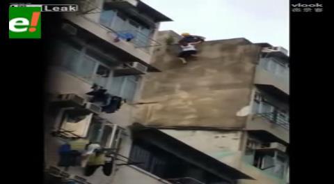 Obreros salvan a una mujer que se quería suicidar