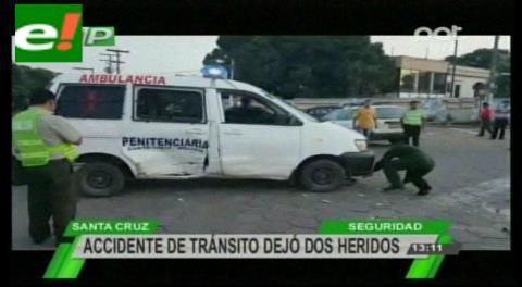 Ambulancia de régimen penitenciario choca con vagoneta y se vuelca