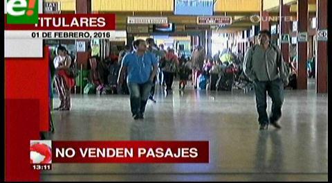 Titulares de TV: Buses suspenden viajes debido al bloqueo en carreteras del país