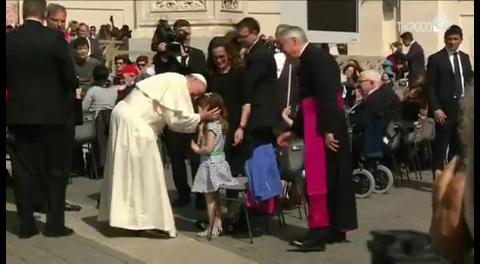 Papa Francisco cumple deseo de niña a punto de quedarse ciega y sorda