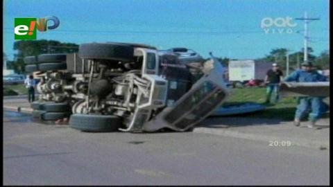 Un camión cargado de concreto vuelca y conductor resultó herido