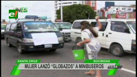 Protesta: Mujer lanza globos de agua a los minibuseros