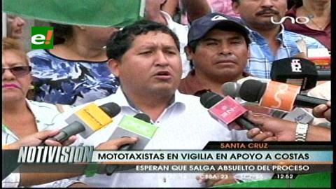Mototaxistas hacen vigilia por Rubén Costas