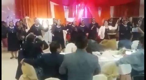 No es una disco, es una iglesia de El Alto. No son bailarinas, son monjas. Mira el video