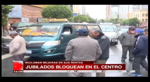 Jubilados bloquean el centro paceño exigiendo mejorar su renta