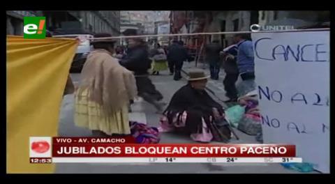 Jubilados bloquean el centro paceño por el pago del segundo aguinaldo