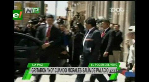 """""""¡Bolivia dijo No!"""", el estribillo que le gritaron a Evo al salir de Palacio"""