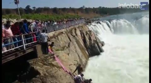 Dramático video: el momento en que una mujer suicida es rescatada de morir ahogada