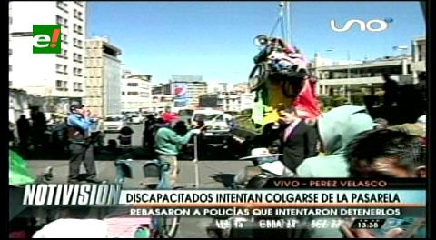 Personas con discapacidad se cuelgan de la pasarela Pérez Velasco en La Paz