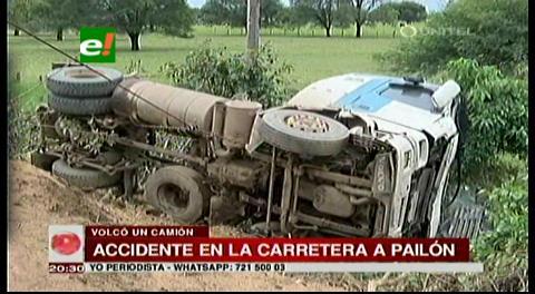 Chofer pierde el control de su camión y vuelca en la vía a Pailón