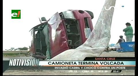 Camioneta queda volcada tras impactar con un poste
