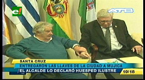 Percy entrega a José Mujica las llaves de la ciudad y lo declara Huésped de Honor