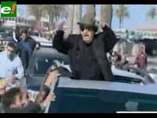 Luego de los bombardeos, Gaddafi se pasea por las calles de Trípoli