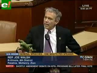 Congresista criticó a Obama mostrando un cocodrilo de peluche