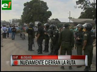 Policías llegan al bloqueo de Yapacaní