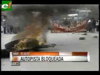 En medio de incidentes, FEJUVE de El Alto bloquea la autopista hacia La Paz