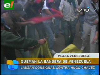 Manifestantes queman la bandera de Venezuela en La Paz