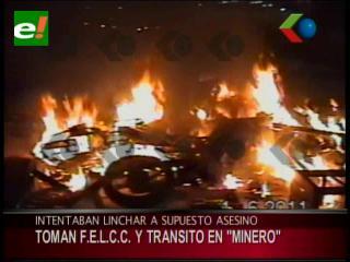Vecinos y moto taxistas destrozan las instalaciones de la FELCC en Minero, querían linchar a un asesino