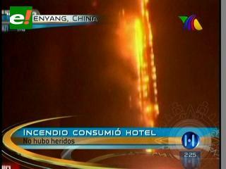 Incendio provocado por fuegos artificiales consume un hotel en China