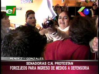Parlamentarias opositoras protestan por no permitir el ingreso de la prensa a la Defensoría