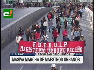 Masiva marcha de maestros urbanos en La Paz, rechazan descuentos