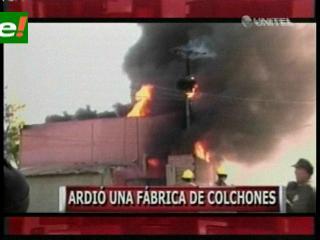 Cochabamba: Voraz incendio consume una fábrica de colchones en Sacaba