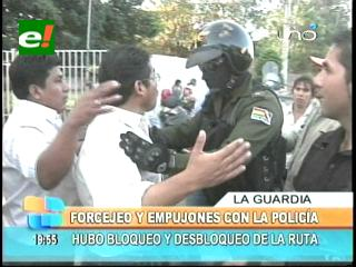 Luego de forcejeos y empujones con la policía pobladores de La Guardia desbloquearon