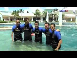 Jugadores del Barcelona se dan un baño entre delfines en Miami