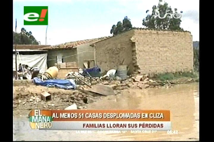 El agua inunda casas y calles cercanas a la plaza de Cliza en Cochabamba