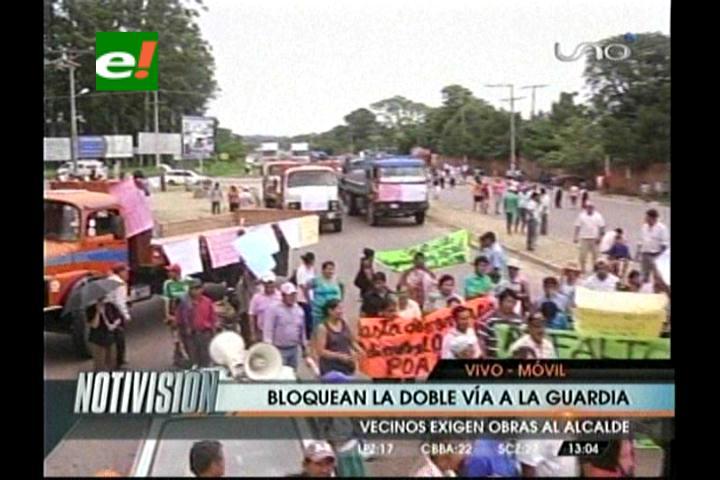Exigen obras: Vecinos bloquean la carretera que une a Santa Cruz con los valles
