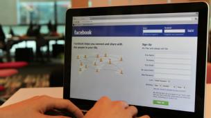 Páginas como Facebook emplean preguntas informales para incitarnos a colgar comentarios.