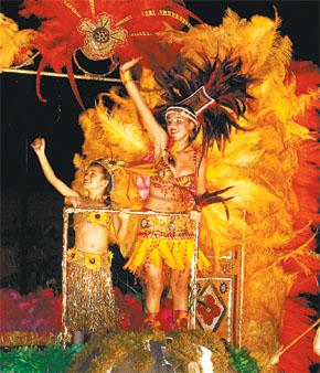Ahora tienen plata. Maddy López, reina de los Yescas, ganadores de la noche.