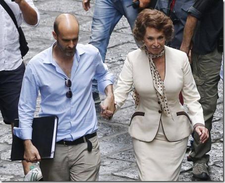 Sofía Loren, junto a su hijo Edoardo Ponti, en las calles de Nápoles