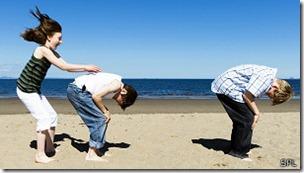 Jugar al aire libre, según los estudios, es beneficioso.