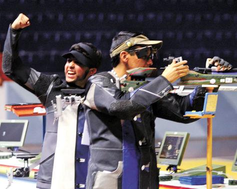 Alegría. Cristian Morales (atrás) comienza la celebración en el polígono de Lima, mientras otro deportista aún compite en rifle de aire a diez metros.