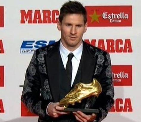 Lionel Messi se dirige al público luego de recibir el Botín de Oro 2012-2013. Foto: Taringa.net.