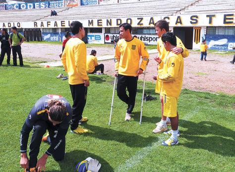 Diálogo. El mediocampista Daniel Chávez emplea muletas para cuidar su tobillo derecho.