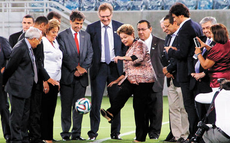 La presidenta Dilma Rousseff da la patada inicial ayer en Natal. Foto: EFE