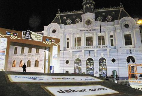 Preparativos. La plaza Sotomayor, en Valparaíso, donde está la rampa en la que se pondrá punto final al Dakar de este año.