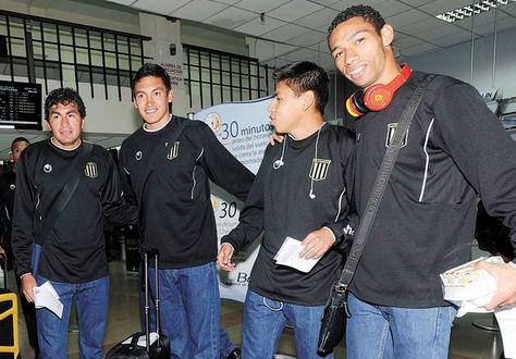 Atigrados. Rony Jiménez (izq.), Marcos Barrera, Diego Wayar y Boris Alfaro ayer en el aeropuerto de El Alto.