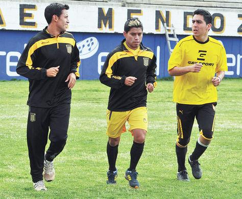 Práctica. Nelvin Soliz (centro) durante el trabajo diferenciado de ayer junto a Daniel Chávez (izq.), y un jugador que se prueba en el plantel.