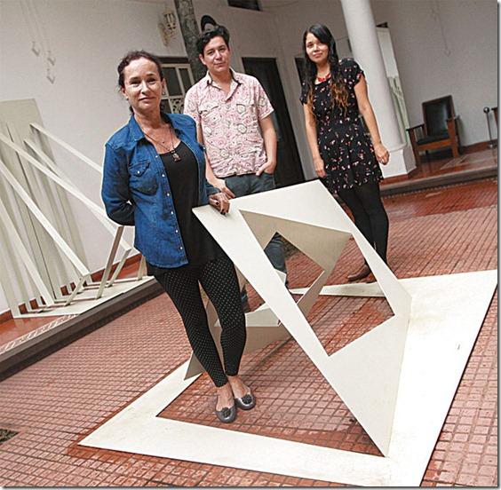 Raquel Schwartz (IZQ) con los residentes chilenos Javiera Marín y Pablo Saavedra.