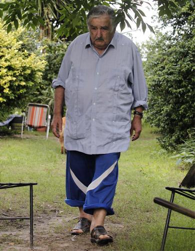 El presidente uruguayo realizando un recorrido por su jardín. Foto Reuters