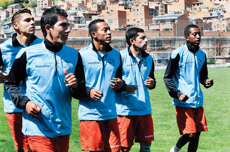 De izquierda a derecha: Gutiérrez, Miranda, Rodríguez, Flores y Arrascaita,  ayer trotando en Tembladerani, en la reanudación del trabajo. Foto: Ángel Illanes