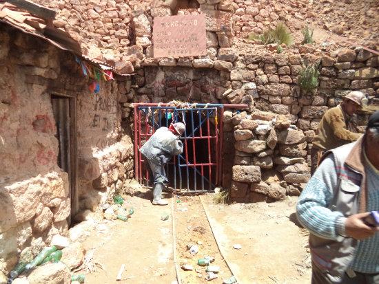 Un minero prepara la dinamita para volar el candado que cierra el acceso al yacimiento minero.